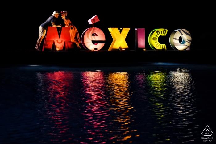 séance photo avant le mariage avec une pancarte MEXICO - Engagement Photographer