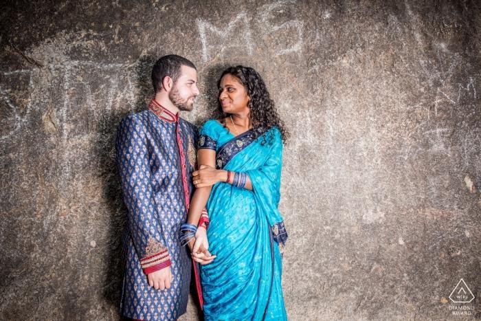 Romance dans un lieu antédiluvien, complexe rocheux du 7ème siècle - Mahabalipuram Engagement Portrait