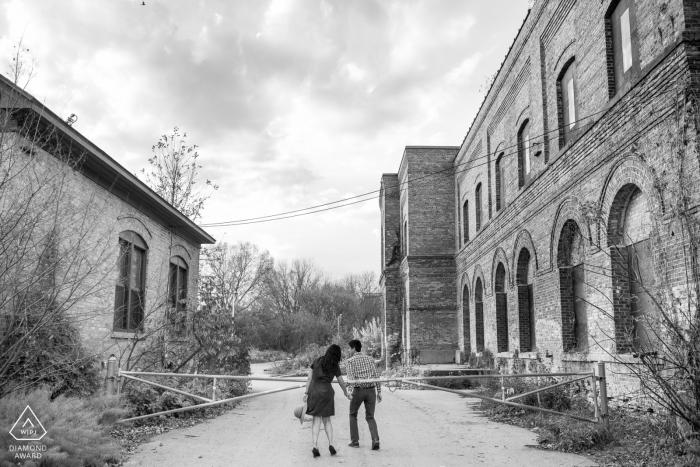 Madison, Wisconsin Engagement Photographie d'un couple tenant par la main et marchant