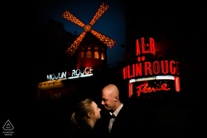 Loveshoot in Paris at Night with Couple