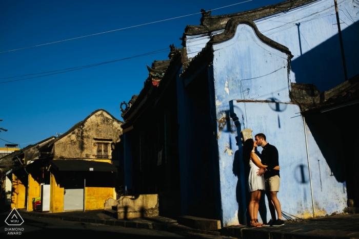 Stedelijke pre-huwelijksfotoshoot van een paar in Hoi An Vietnam