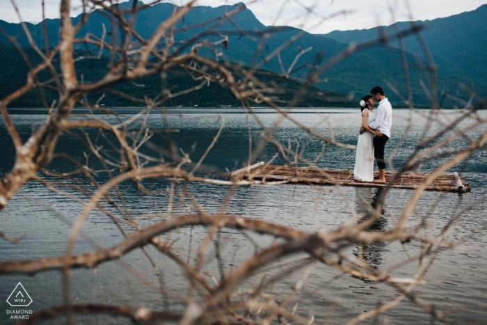 Tournage avant le mariage au lac à Hoi An Vietnam - Photographe de fiançailles