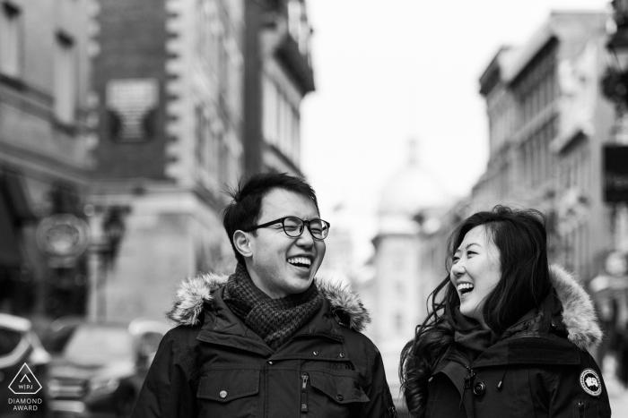 Photo de fiançailles en noir et blanc d'un couple qui rit dans le Vieux-Montréal - Séance de fiançailles d'hiver dans le Vieux-Montréal