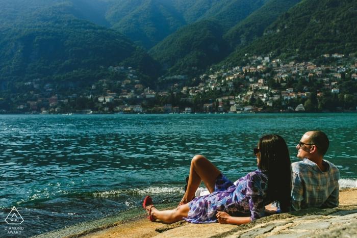 Italien Verlobungsfotos - Como See Verlobungsrunde am Strand in der Sonne