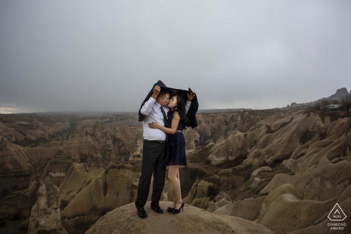 photo de fiançailles cappadoce sous la pluie dehors