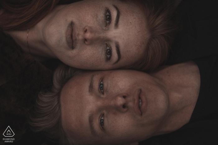 Séance photo de fiançailles Dinand   Portrait spécial de couple couché côte à côte.