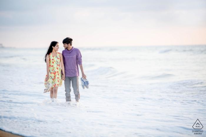 Séance photo avant le mariage à Chennai - Tenir ensemble, marcher ensemble pour la plage, pour toujours.