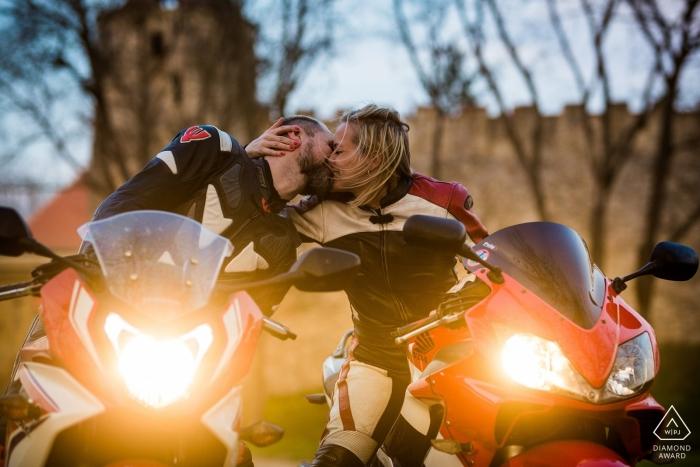 République tchèque Fiançailles à moto | Séance photo | couple s'embrassant avec leurs phares de moto