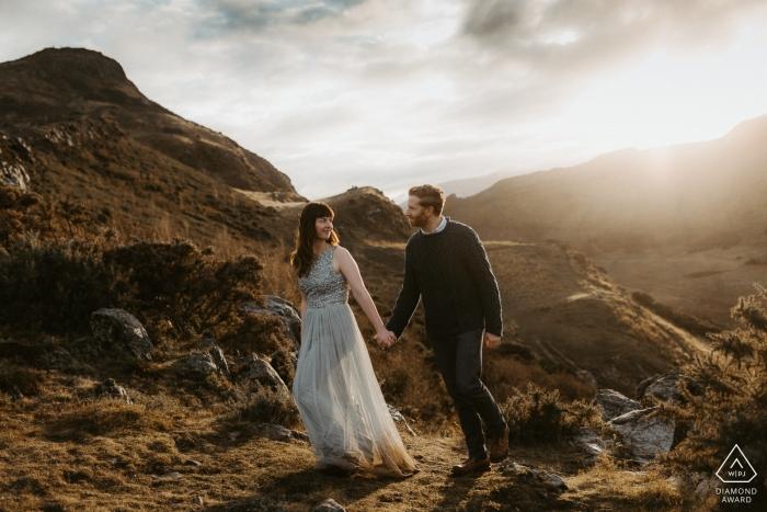 Arthur's Seat, Edimburgo Foto di fidanzamento al tramonto - un'escursione in montagna per questa coppia