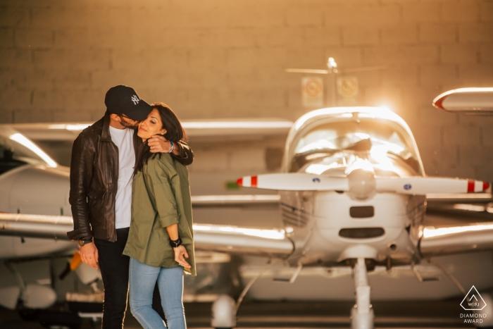 Photos de fiançailles Love Vicenza Airport | portrait d'un couple avec petit avion