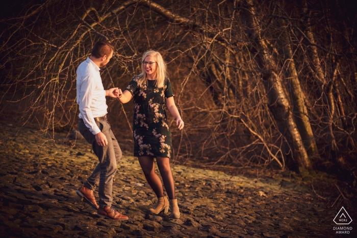 marcher sur le bord de la rivière, avec une belle faible lumière, faite en février de cette année, avec un couple charmant   Photographie d'engagement de Fort Sabina Heijningen