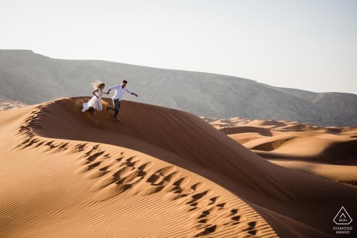 Fossil Rock, photos de fiançailles avant le mariage à Dubaï | Descendre les dunes