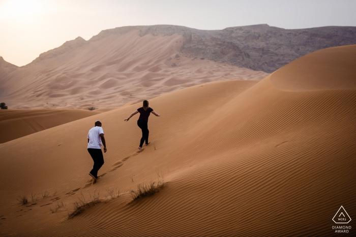 Maleiha Desert, Dubai Fotoshoot met verloofd paar   Het woestijnzand verkennen