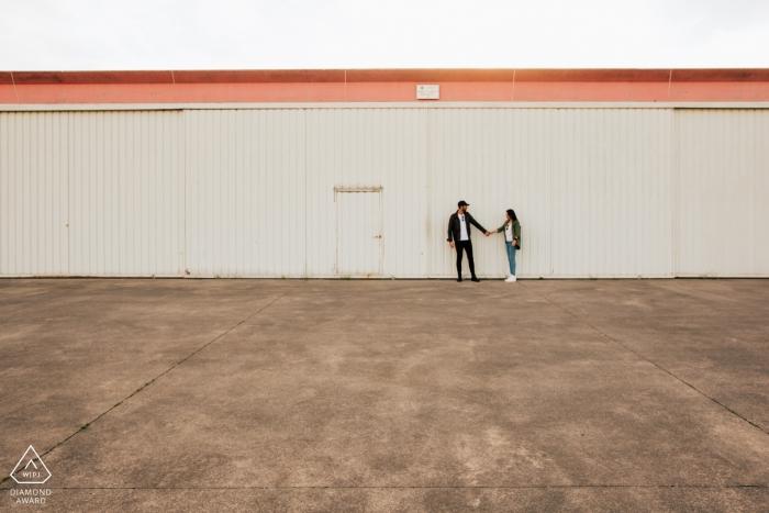 Photos d'engagement du hangar Vicenza - couple tenant les mains à l'aéroport