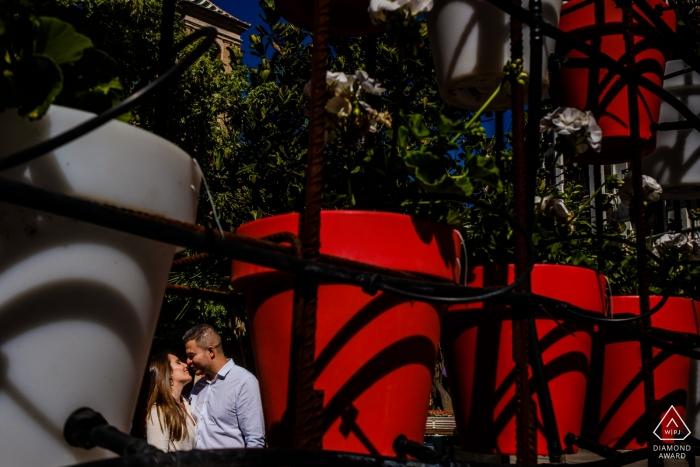 Murcia compromiso sesión de retrato en el sol con sombras y rojo