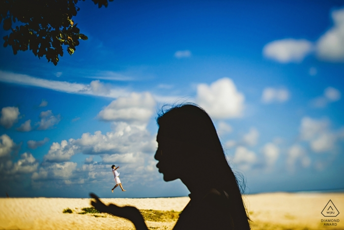 Beach pre-wedding portrait photography | Light and movement. Silhouette and action.