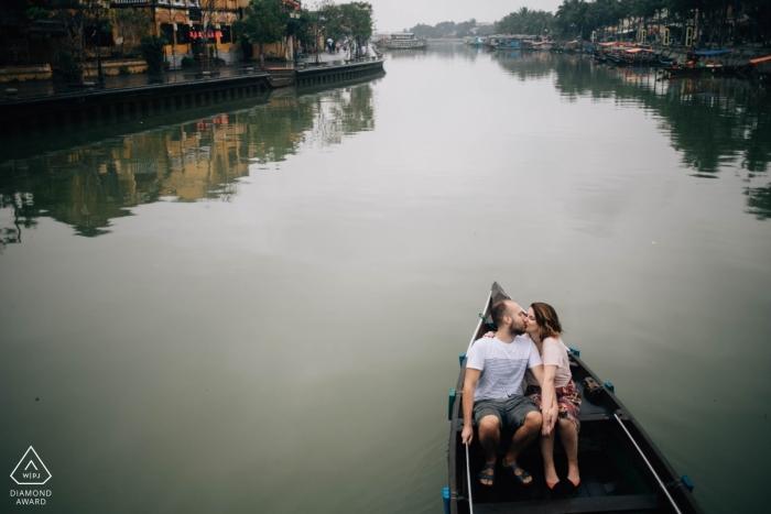 Pre-wedding portret fotoshoot in een boot op de rivier in Hoi An Vietnam