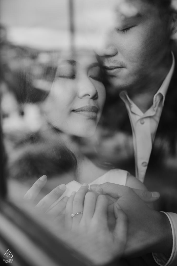 Da Lat, Vietnam verticaal Portret van geliefden in zwart-wit - pre-huwelijkssessie