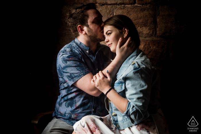 Rudyard Lake, Staffordshire-Porträtfotograf vor der Hochzeit - Verlobungssitzung mit dem Paar zuhause