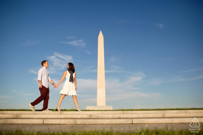 Washington, DC antes de los retratos de boda - Pareja con monumento en el fondo