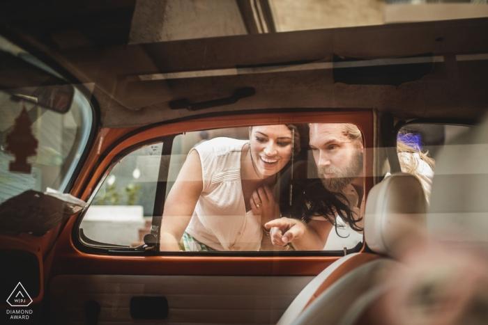 Séance photo de fiançailles à Playa del Carmen | Le couple regarde par la fenêtre d'une voiture de collection et demande: Où sont les clés?
