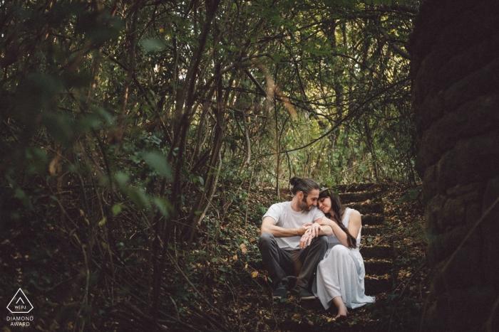 Lovech, Bulgarien Verlobungsfotoaufnahme unter dem Baldachin des dunklen Waldes durch einen dokumentarischen Hochzeitsfotografen von WPJA
