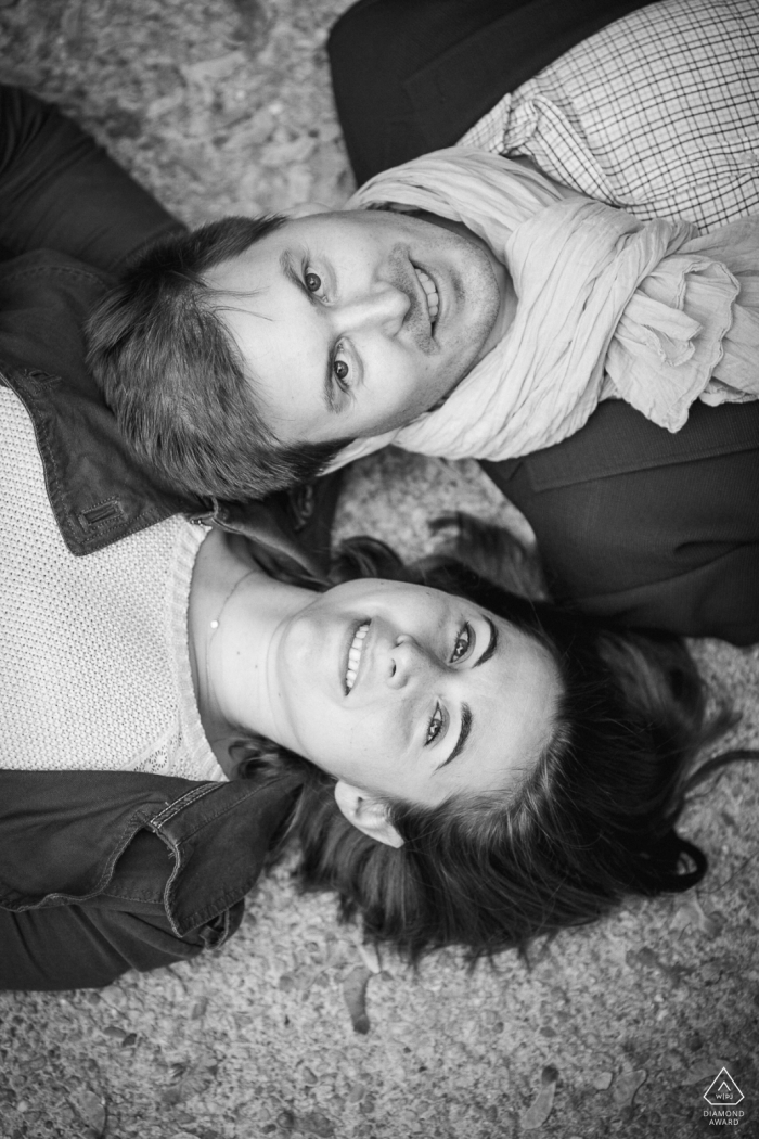 Lyon Couple on the floor - pre-wedding portraits in black-and-white and vertical