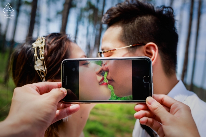 CHANG LE SEASORE WOODS ENGAGEMENT PORTRAIT - Their kissing in the phone