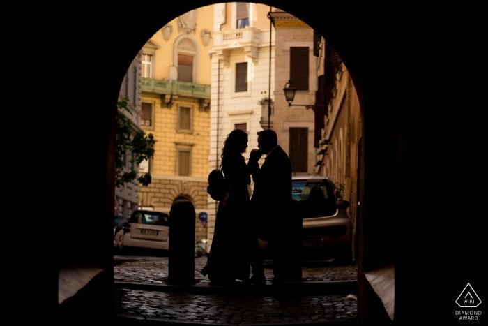 Rom - S.Peter.- Italien Verlobungsshooting - Paar Silhouette unter dem Bogen.