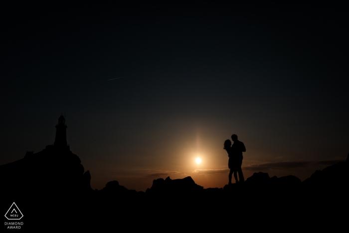 Corbiere Lighthouse, St Brelades, Jersey, CI Portrait de fiançailles - Un silhoutte d'un couple de fiancés