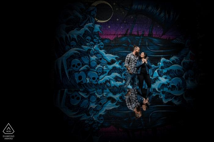 Minneapolis, Minnesota-Paar-Verpflichtungs-Porträt vor gemaltem Wandgemälde