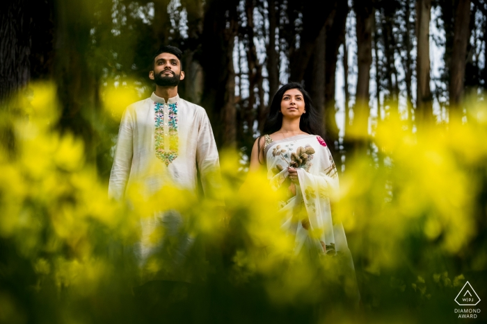 Séance de photo de fiançailles à San Fransisco, Ca - Couple entre fleurs et arbres
