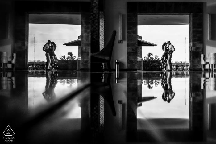 Jetzt Amber Resort, Puerto Vallarta Mexiko Verlobungssitzung in schwarz und weiß mit Reflexionen