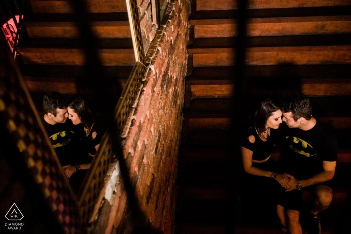 Un homme et une femme se donnent la main dans une cabine à Rio das Otras, comme ils se reflètent dans le miroir au-dessus d'eux dans cette photo de fiançailles prise par un photographe de Rio de Janeiro.
