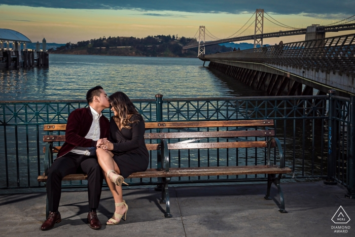 Cette photo a été prise au crépuscule près de la jetée 14 à San Francisco. C'est un endroit très prisé des habitants et des touristes, qui a la chance de pouvoir prendre rapidement une photo avec le couple.