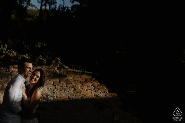 Ein Paar aus O Butia, Alegre, wird während des Fotoshootings vor der Hochzeit von einem Fotografen aus Rio Grande do Sul, Brasilien, halb ins Licht, halb in den Schatten geworfen.