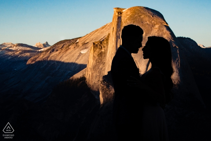 Die Silhouette eines Paares ist in diesem Verlobungsporträt eines Fotografen aus Sacramento, CA, vor dem Hintergrund von Yosemite zu sehen.