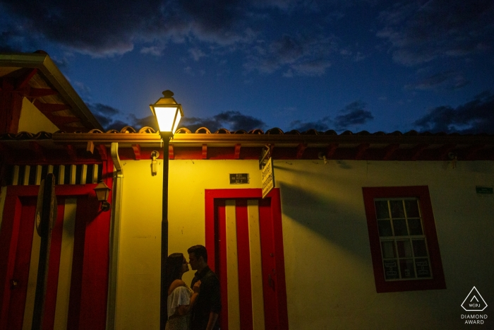 Engaged couple under the light for their Pré-wedding shoot in Pirenópolis