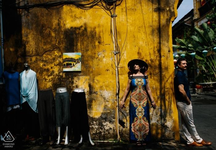 Dit geëngageerde stel poseert voor hun pre-huwelijkssessie in Hoi An Vietnam