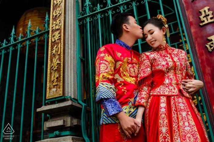 Ho Chi Minh City - Ten portret zaręczynowy pary trzymającej się za ręce poza bramą został uchwycony przez fotografa zaręczynowego