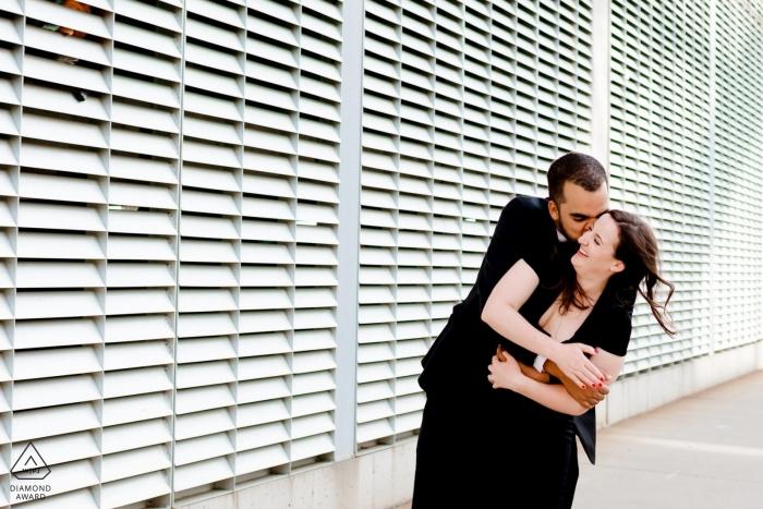 Verlobte Paare umarmen im modernen Chic-Nordschleifen-Minneapolis-städtischen Verlobungsschießen mit cooler Beschaffenheits-Wand