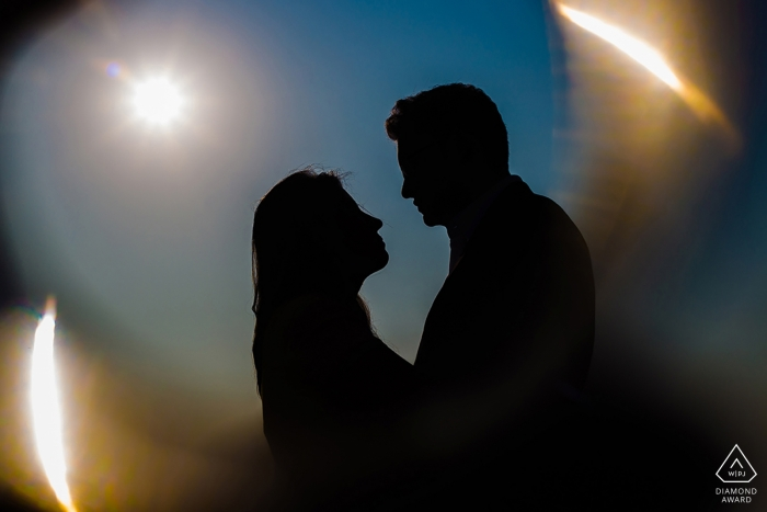 Deze engagmentfoto van de koppelsilhouetten werd gevangen door een verlovingsfotograaf uit Mumbai