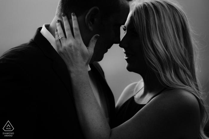 Santa Barbara, Californie - Cette photo de fiançailles en noir et blanc d'un couple enlacé met en valeur la bague de fiançailles de la future mariée