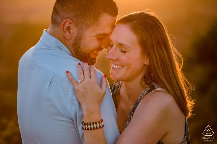 Los Angeles - Ein Paar umarmt sich während eines Sonnenuntergangs für ihr Verlobungsfoto-Shooting