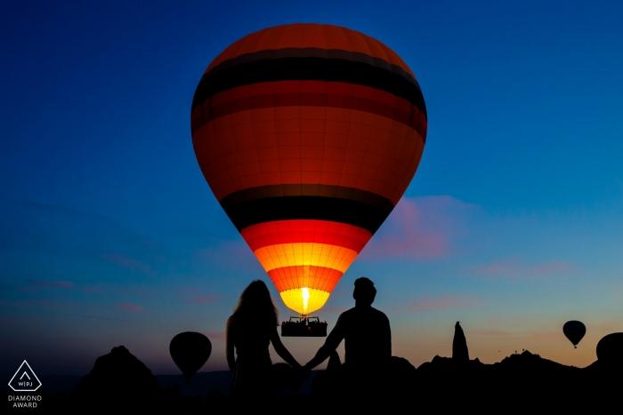 Verlobte Paare halten Hände nachts in Cappadocia, Truthahn für ihre Verlobungsfotosession