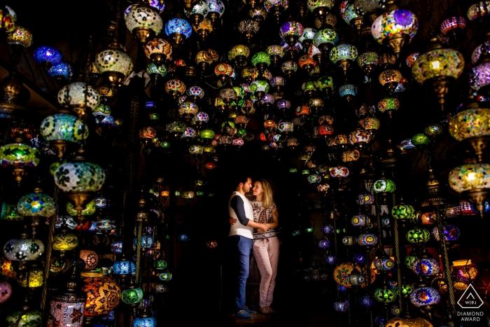 Ein engagiertes Paar umarmt in Kappadokien, Truthahn für die Verlobungsfotosession