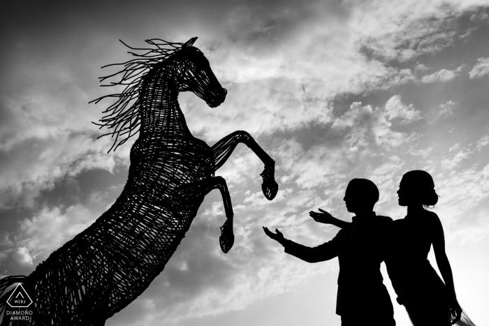 Dit enagaged paar in cappadocia, Turkije voor de verlovingsfotosessie