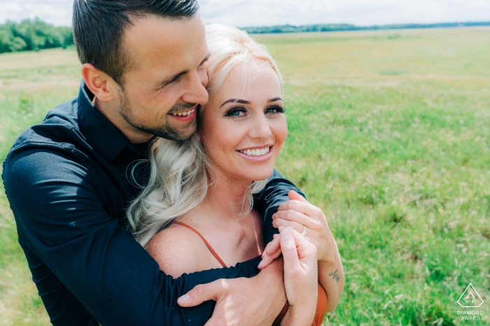 Overjissel engagment photographer created this prewedding portrait in a sunny meadow in Enschede