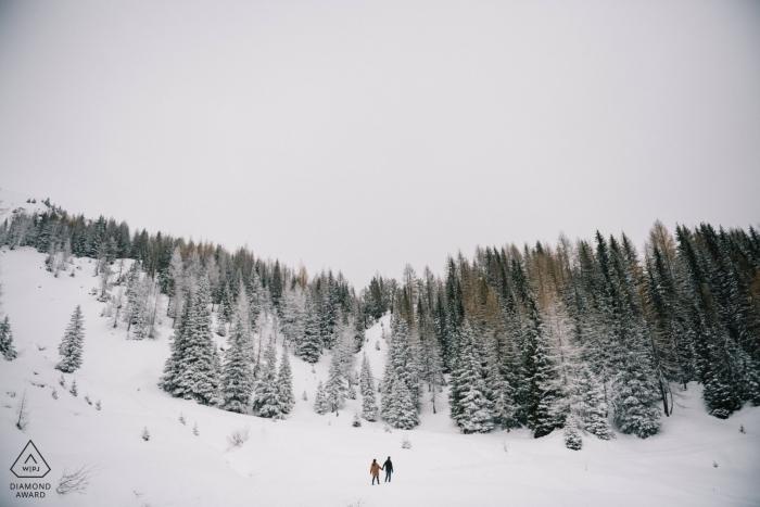 Sur cette photo conçue par un photographe des fiançailles des Pouilles, nous voyons le couple en randonnée dans les montagnes enneigées près de Tretino