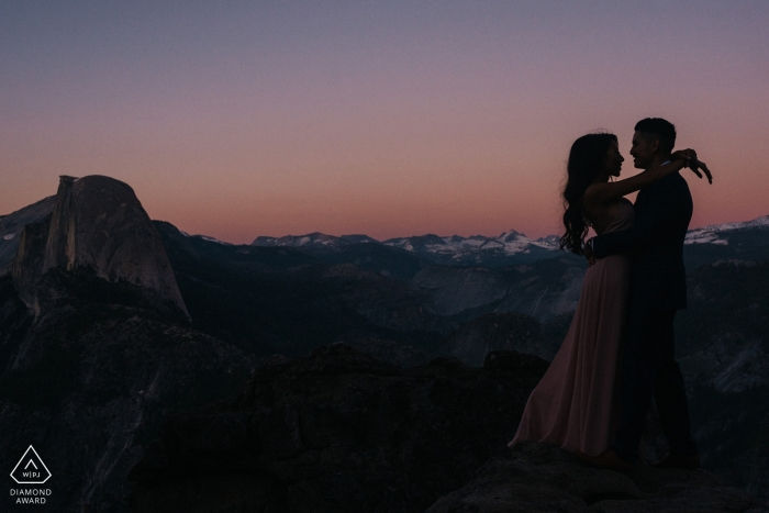 Sacremento-Verlobungsfotograf schoss dieses Foto des Paares, das am Yosemite Nationalpark bei Sonnenuntergang umfasst